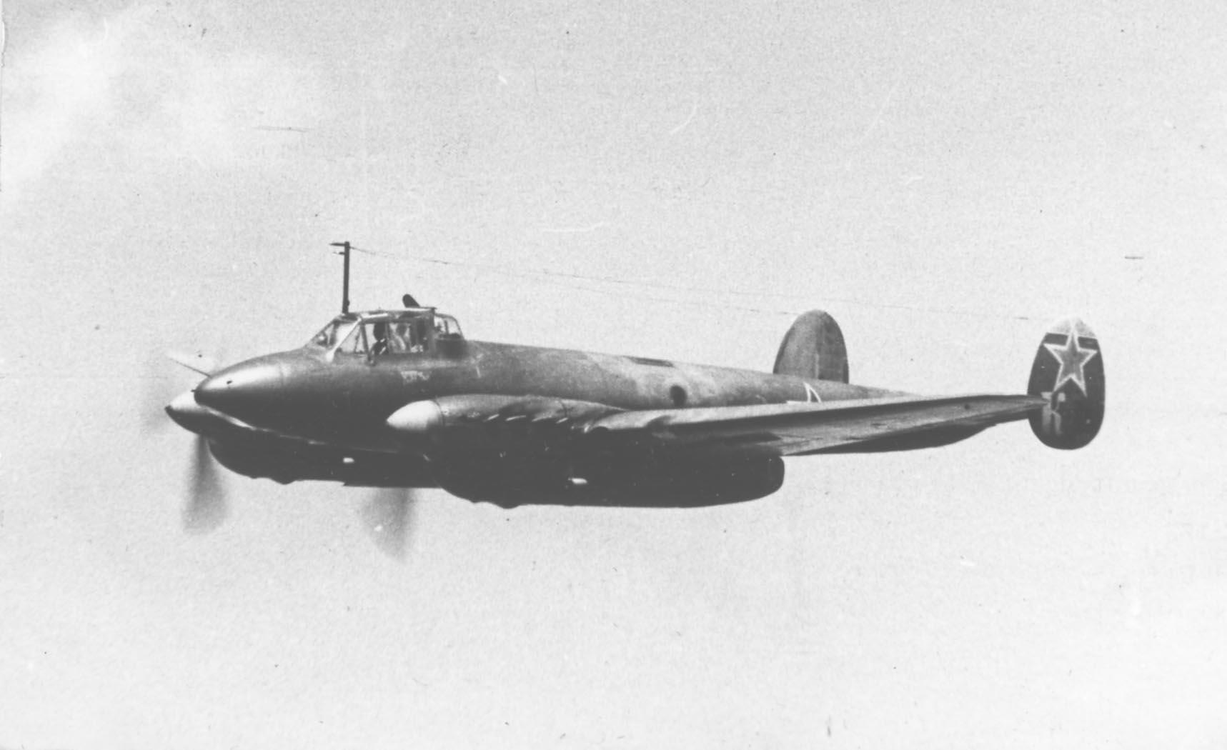 Советский бомбардировщик Пе-2 командира авиаэскадрильи в полете. Ленинградский фронт. 1943