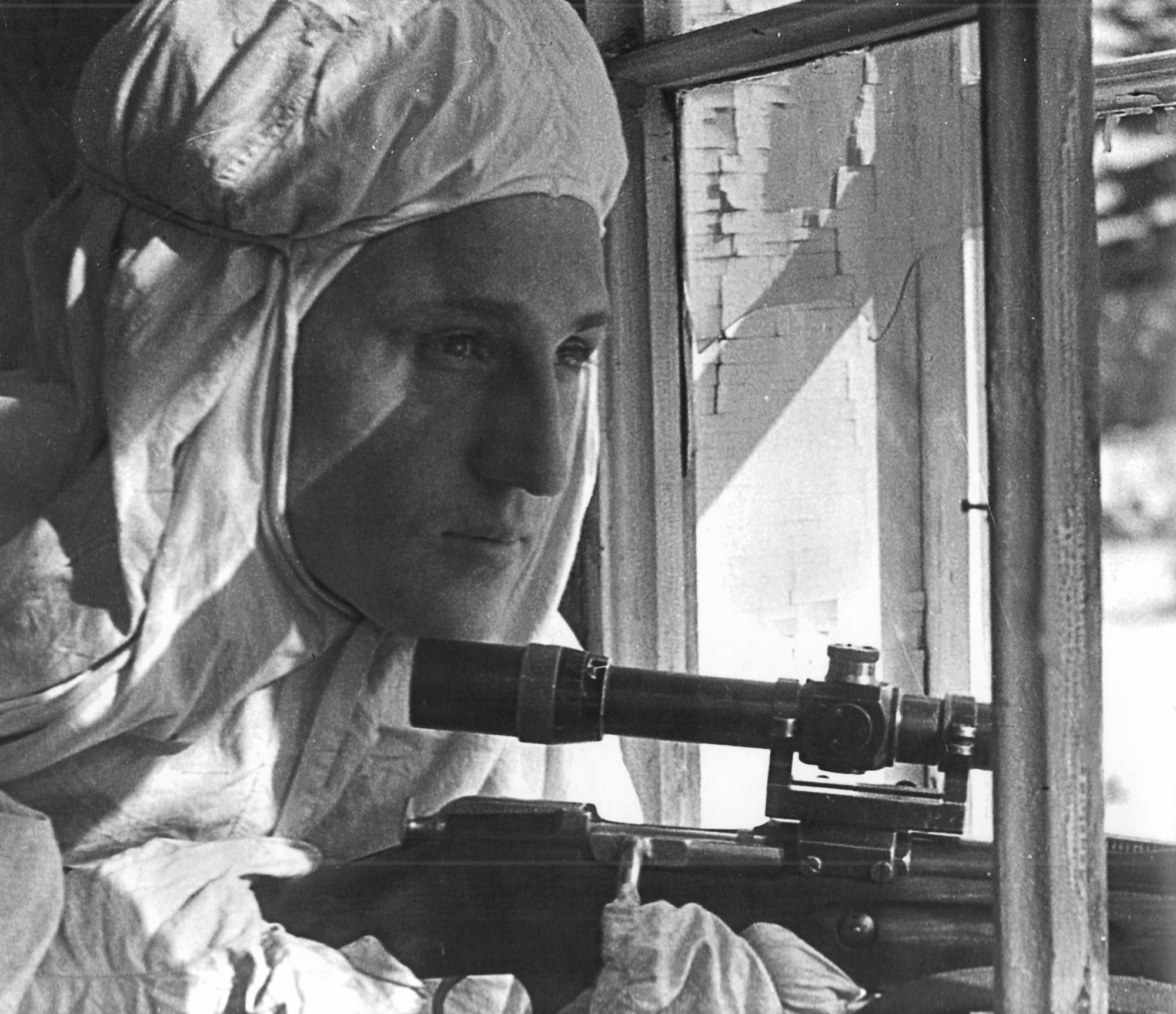 Советский снайпер у окна на Ленинградском фронте. Март 1943