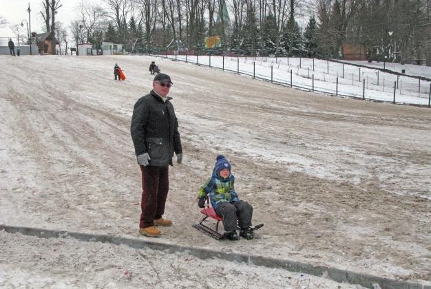Песчаная горка, а на заднем плане видна снежная, но платная