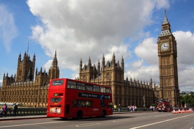Скандал в Великобритании – мигрантов заставляют носить красные браслеты