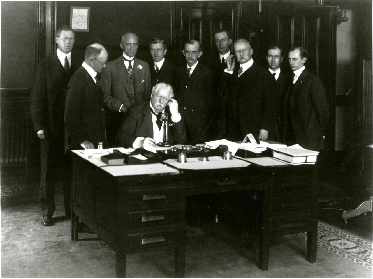 Президент AT&T, Теодор Н. Вейл проводит первый тест трансконтинентальной телефонной линии. 1914