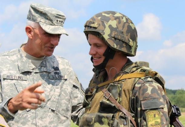 Командующий ВС США в Европе генерал Марк Хертлинг и солдат ВСУ на Яворинском военном полигоне. Львовская область, Украина
