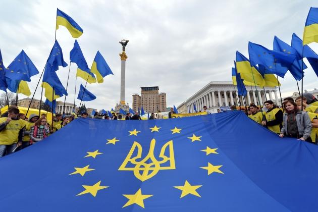 Коллаж из флага ЕС на майдане Незалежности в Киеве