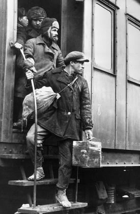 Прибытие рабочих на строительство Магниитки. 1929