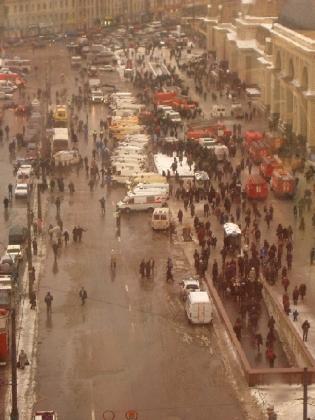 6 февраля 2004 года. Спец. машины у метро «Павелецкая» после взрыва