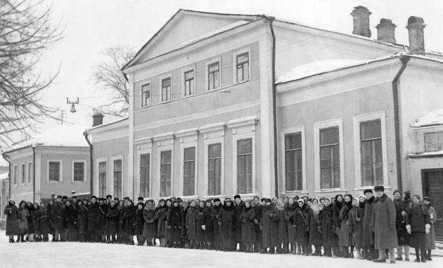 Дом Хомякова на Собачьей площадке, где в 1932−1962 гг. работали учебные заведения имени Гнесиных и где начинал свою работу Институт  имени Гнесиных