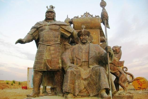 Заброшенные на пустыре на окраине Астаны бронзовые скульптуры основателей Казахского ханства, хана Жанибека и Керея, и казахских батыров, восседающих на конях