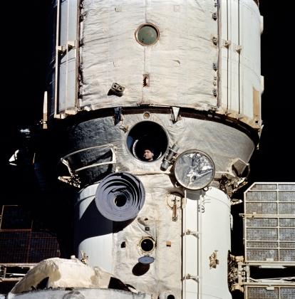Космонавт Валерий Поляков смотрит в иллюминатор станции «Мир». 6 февраля 1995 года