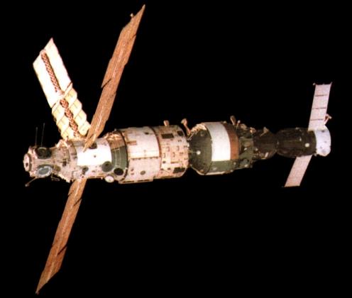 Орбитальная станции «Мир». Слева направо Базовый блок, модуль «Квант-1», корабль «Союз ТМ-3». Фотография сделана экипажем корабля «Союз ТМ-2». 30 июля 1987 года