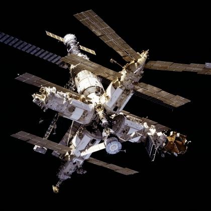 Орбитальная станция «Мир» с модулем «Природа». Это был седьмой и последний модуль станции, на нем проводились исследования планеты.  Фотография сделана с борта корабля Шаттл миссии STS-81. Январь 1997 года