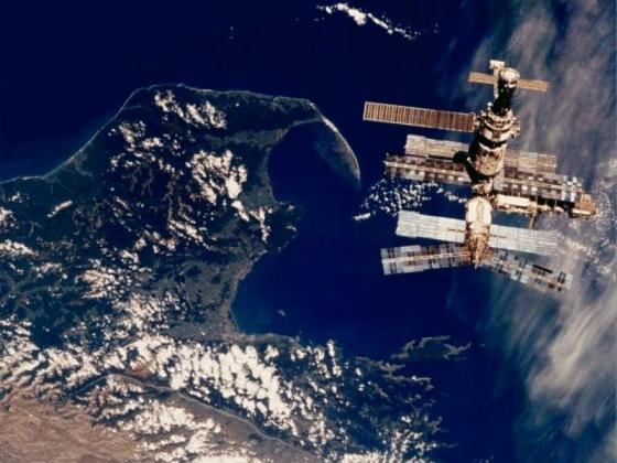 Орбитальная станция «Мир» на фоне Земли