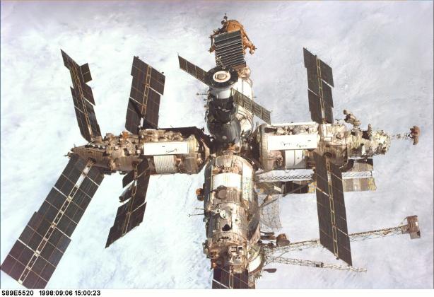 Орбитальная станция «Мир». Фотография с борта шаттла «Эндевор», во время миссии STS-89. 3 июля 1998 года
