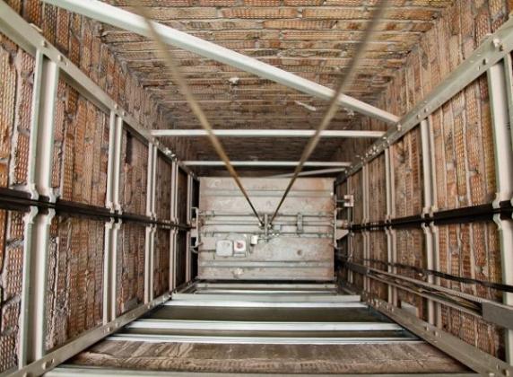 Лифт в шахте