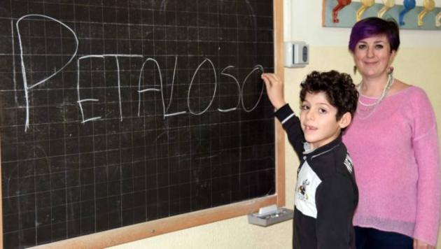 Школьник, придумавший новое слово, со своей учительницей
