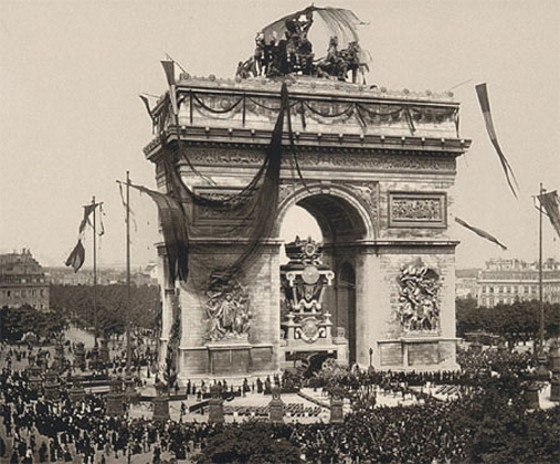 Похороны Виктора Гюго — катафалк проезжает под Триумфальной аркой в Париже, 31 мая 1885
