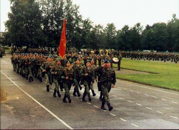 Строевой смотр полковой тактической группировки 76-й ВДД перед убытием в Чечню