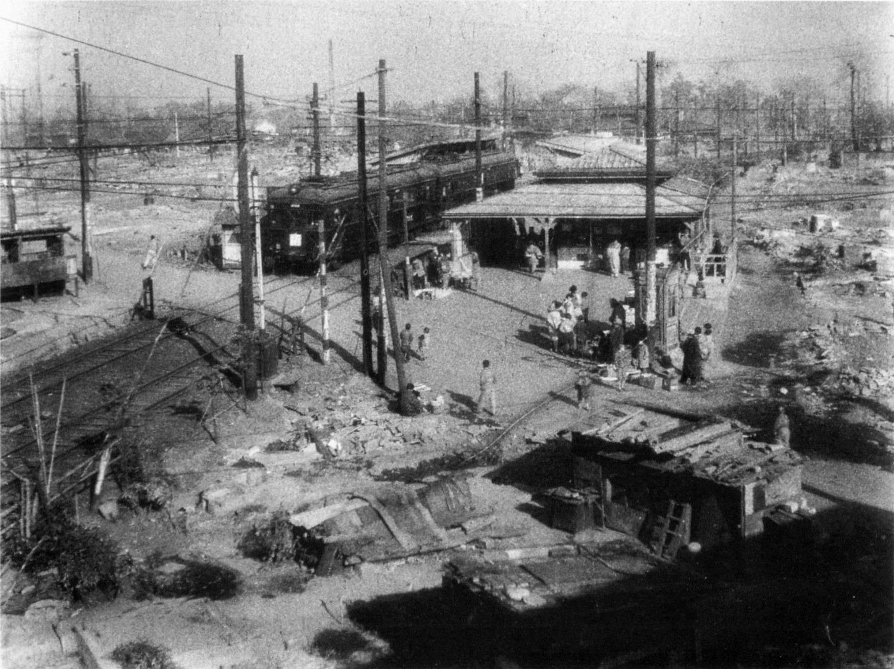 Станция Тогоси-Коэн в разбомбленном Токио. 1945 год