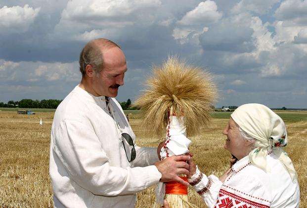 Праздничный обряд Зажинки в сельскохозяйственном предприятии Молодая гвардия Брестского района 9 июля 2005 года