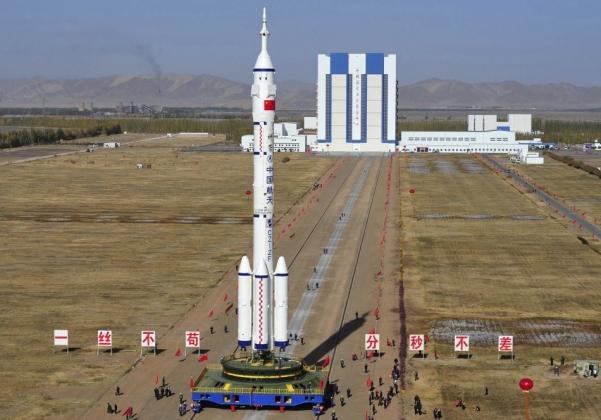 Ракета Long March II и космический корабль Shenzhou-8 на космодроме Цзюцюан