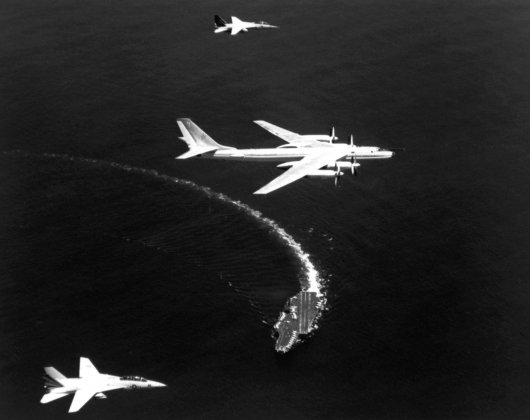 Советский бомбардировщик Ту-16 над авианосцем «Китти Хок»