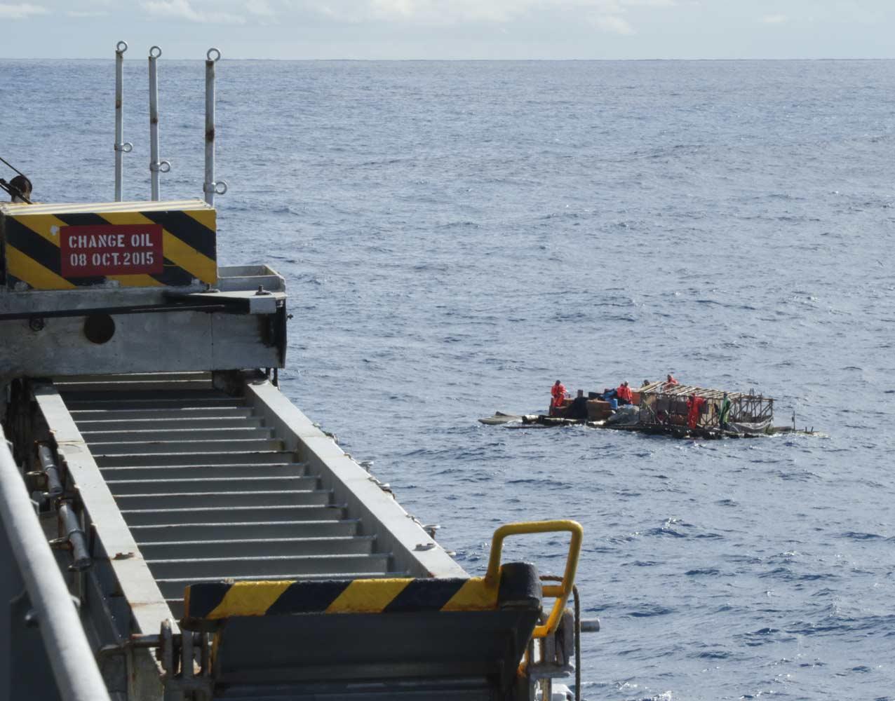Плот подходит к «Hokuetsu Ushaka». Завершение экспедиции «Кон-Тики 2»
