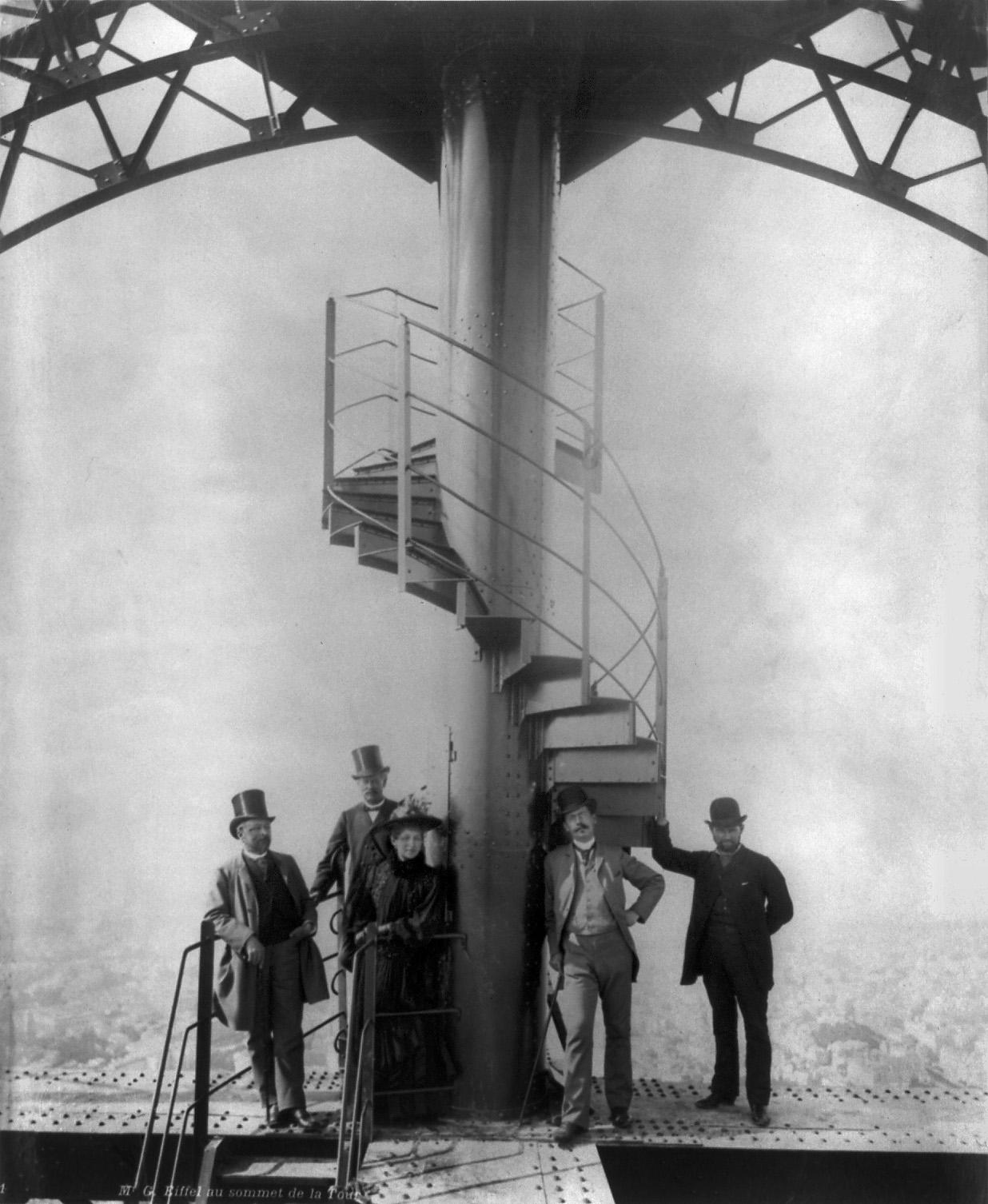 Гюстав Эйфель с друзьями на Эйфелевой башне во время Всемирной выставки в Париже. 1889