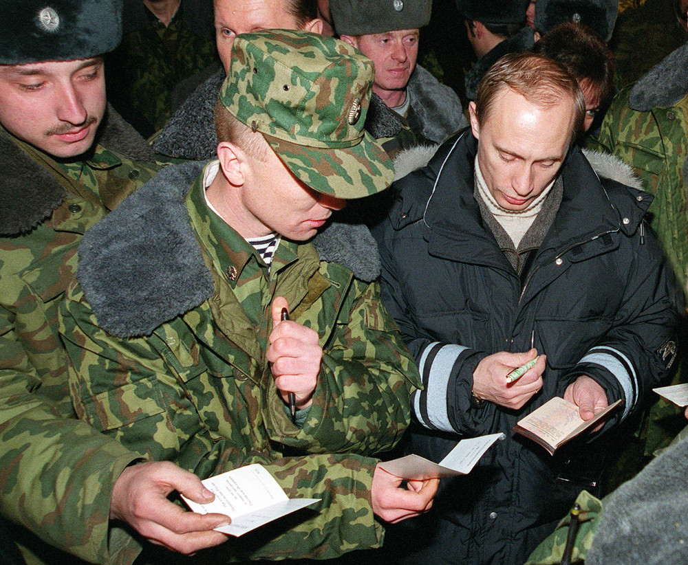 31 декабря 1999 года. И.о. президента РФ Владимир Путин прилетел в Чечню. 1999