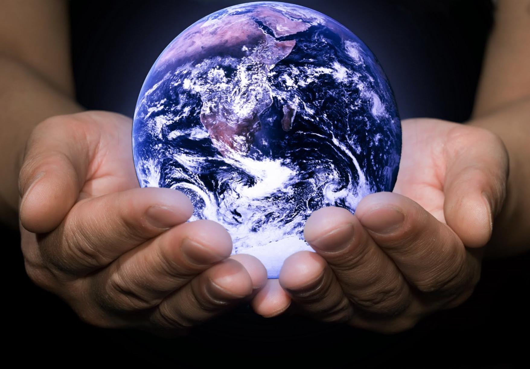 фиолетовой спальне фото шар земли в руках мужчины каждый выход