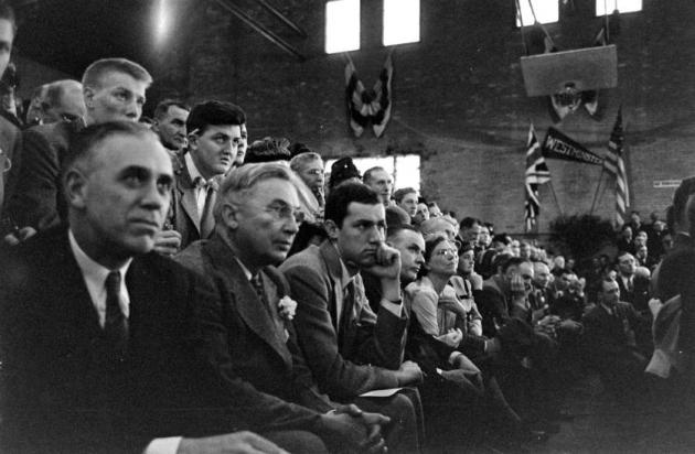 Жители Фултона слушают речь Черчилля