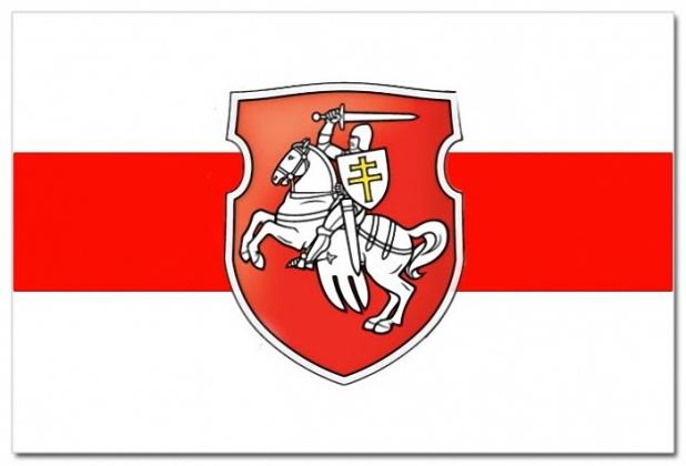 Флаг белорусской оппозиции. Численность её рядов неопределённа: от 600 до 3000 человек