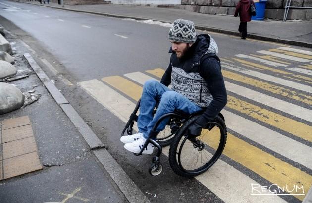 Высокий бордюр на переходе, не предназначенный для инвалидов колясочников