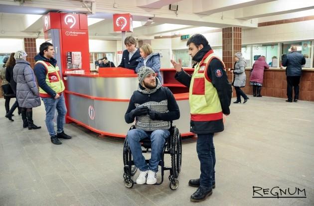 Сотрудники центра обеспечения мобильности пассажиров в московском метро
