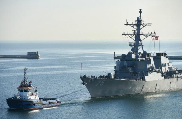 Эсминец США ведут на буксире в Гдыню
