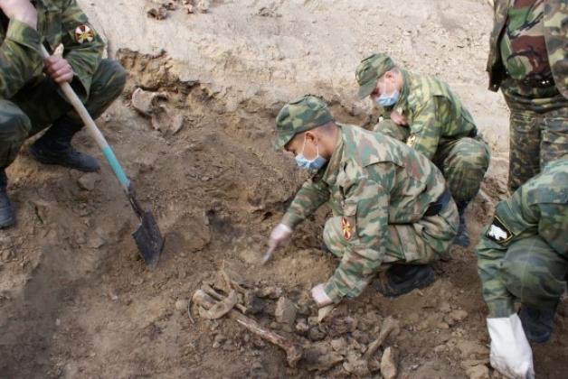 раскопки массового захоронения на Павловском тракте в Барнауле 2009 г