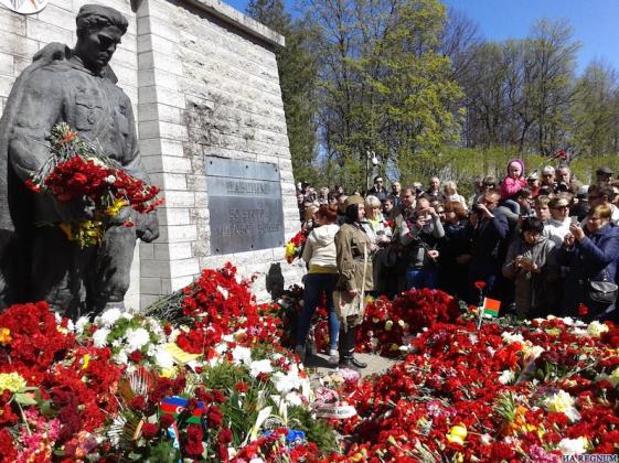 Бронзовый солдат. Памятник воину Красной Армии — освободителю Таллина, перенесённый властями Эстонии на кладбище