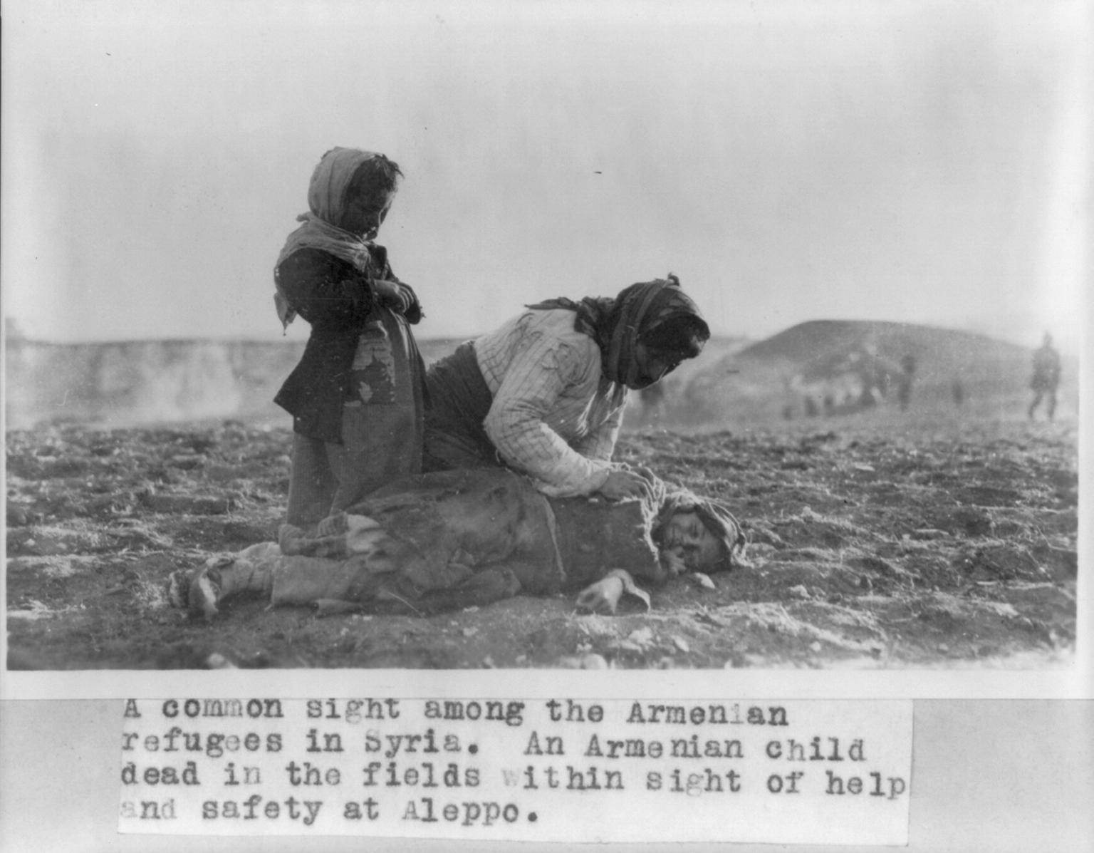 Армянская женщина на коленях рядом с мертвым ребенком на поле, близ Алеппо, Сирия. 1915