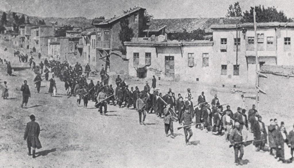 Армянских мирных жителей конвоируют к ближайшей тюрьме в Харберде. 1915