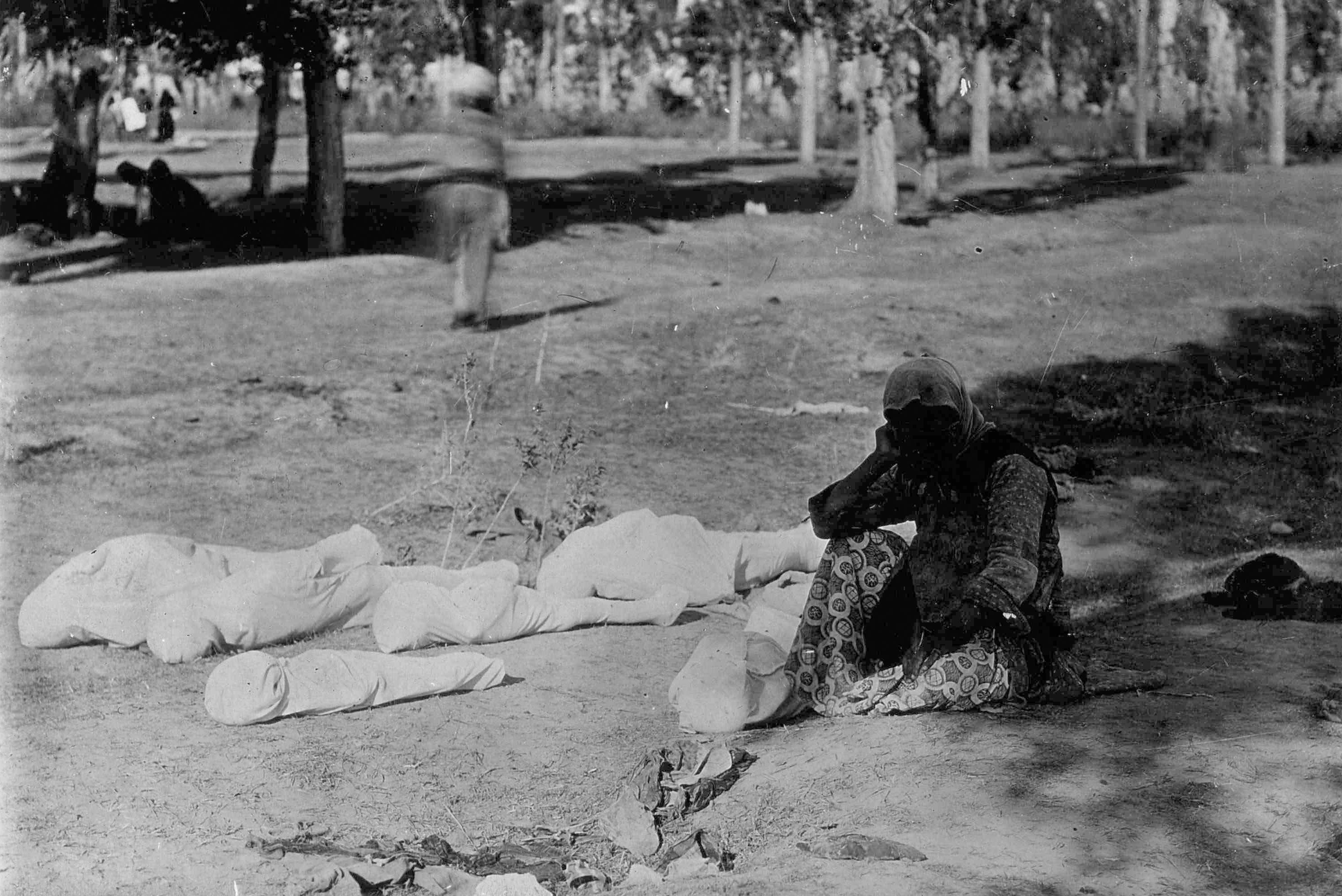 Мать и тела ее пяти погибших детей. 1915
