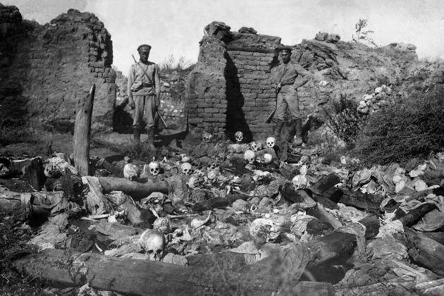 Солдаты у свалки останков жертв геноцида в армянской деревне Шейхалан во время Первой Мировой Войны. 1918