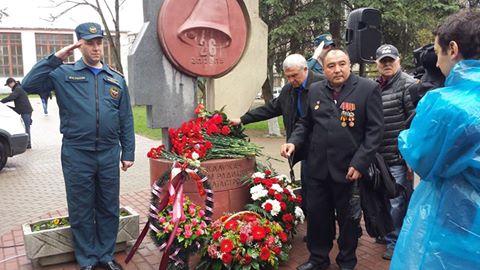 К памятнику жертвам радиационных катастроф были возложены цветы.
