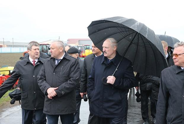 Лукашенко на юбилей катастрофы ЧАЭС подарили оберег-«вышиванку»