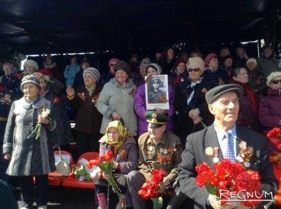 Ветераны наблюдают за шествием «Бессмертного полка»