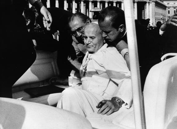 Папа римский Иоанн Павел II, раненный во время покушения. 13 мая 1981
