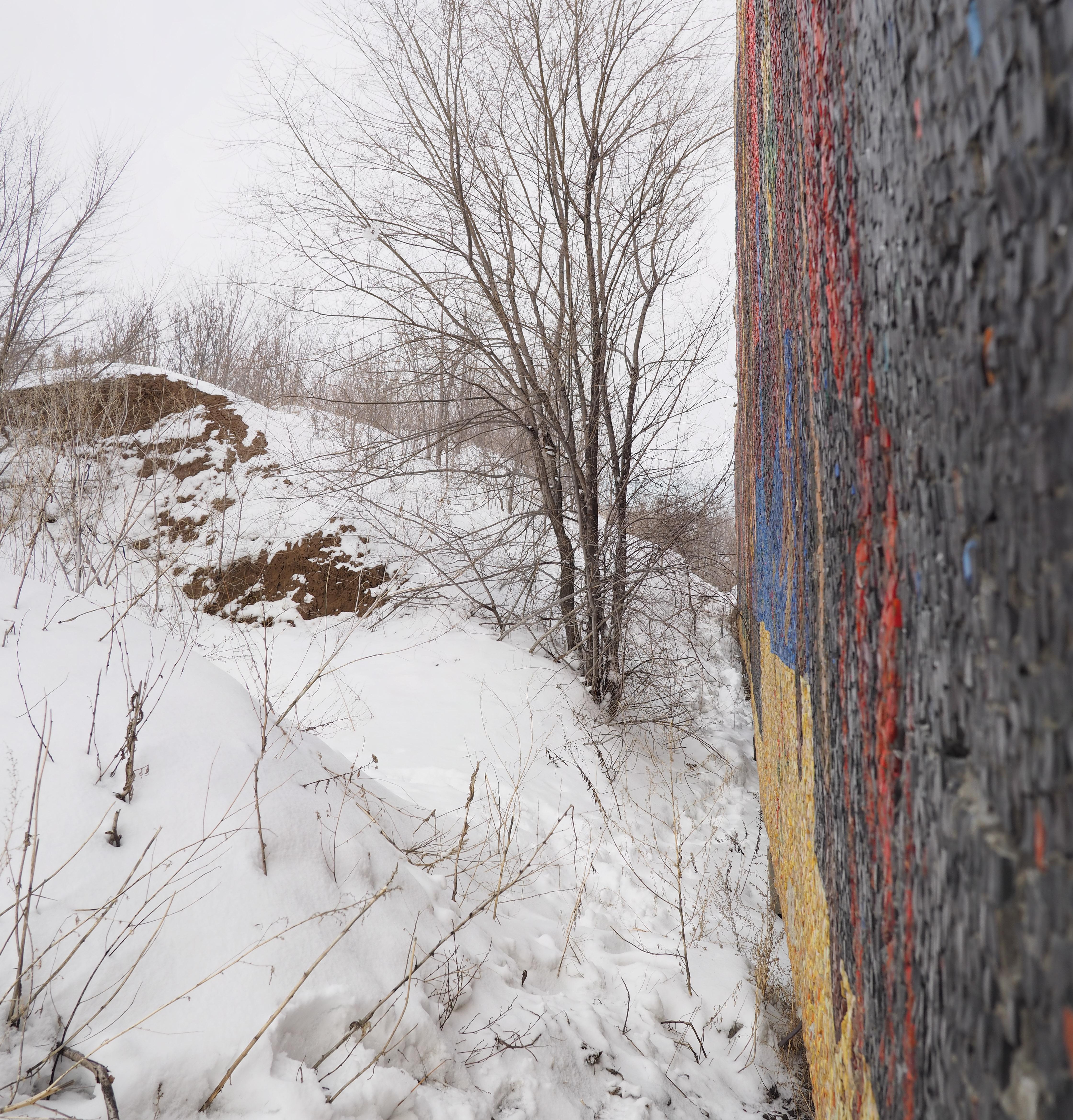 Разрушающаяся стела «Радость труда» в Тольятти, 1 марта 2016 года
