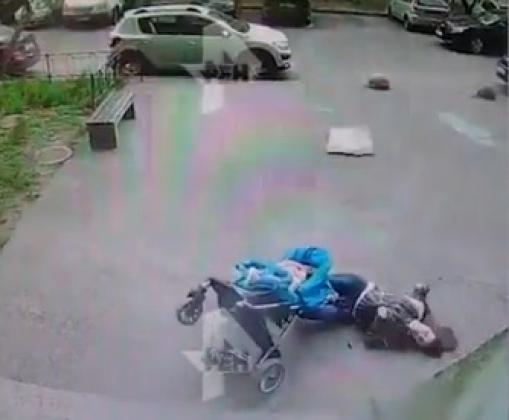 Пластиковое окно упал на женщину с коляской