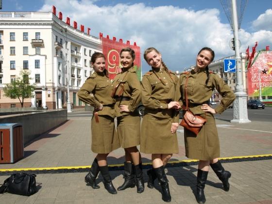 Девушки из военного ВИА прибыли 9 мая на пл. Победы поздравить ветеранов