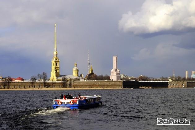 Лодка с туристами у Петропавловской крепости