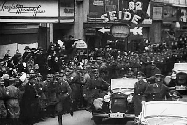Немцы приветствуют Гитлера
