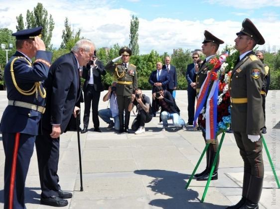 Президент Чехии обратится в парламент с призывом принять Геноцид армян