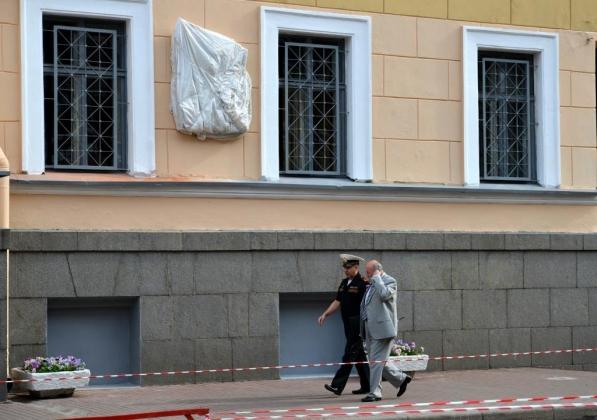 Доска гитлеровцу Маннергейму уже висит на доме в центре Петербурга